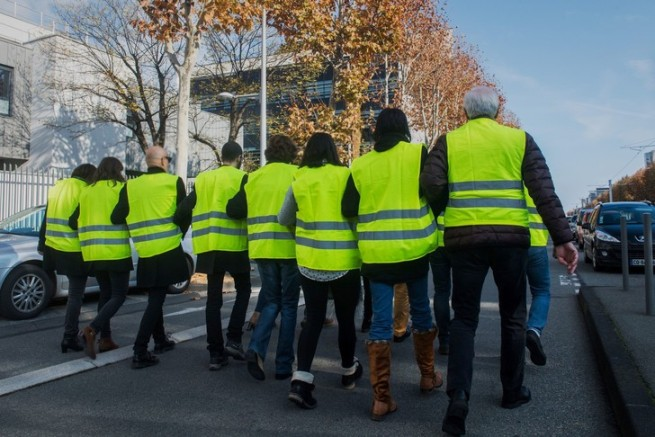mouvement-citoyen-gilets-jaunes-prevu-perturber-bloquer-samedi-17-novembre-acces-villes-rocades-grands-routiers-aeroports-encore-depots-raffineries-carburant_0_728_486